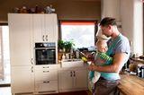 Vater Baby in der Küche