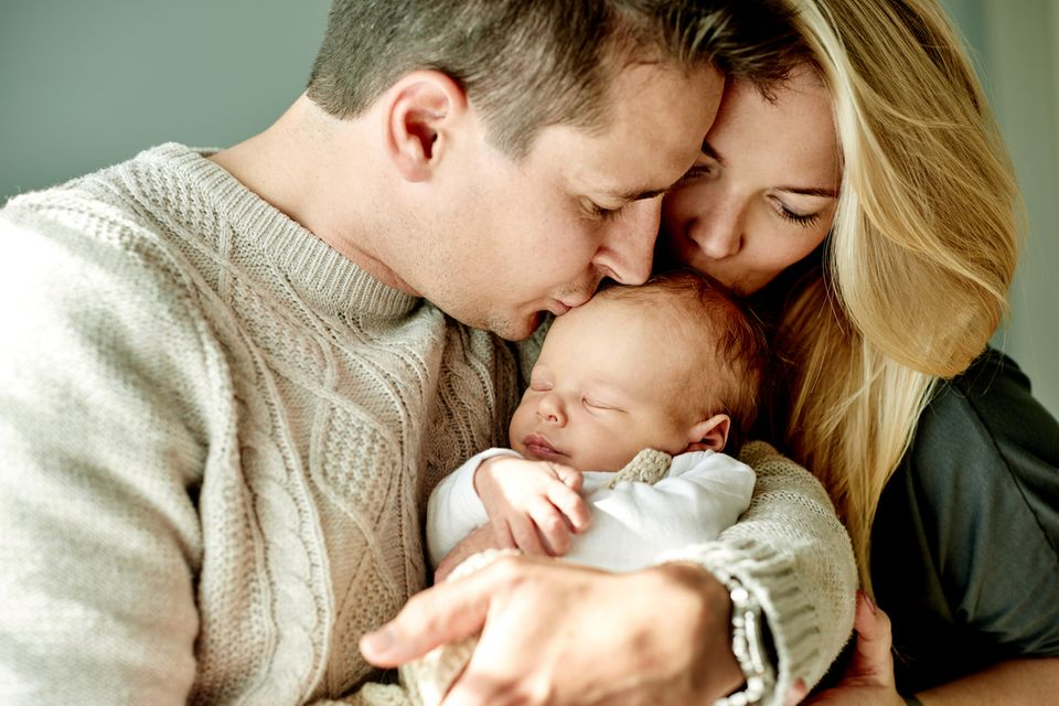 Eltern-küssen-ihr-Kind
