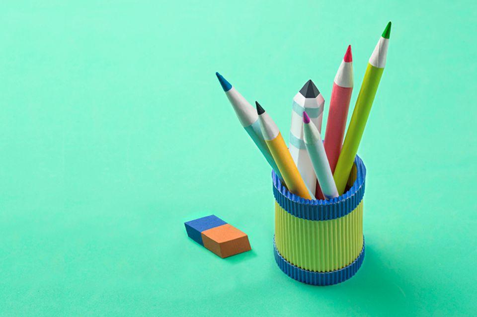 Aus bunter Pappe gebastelte Stifte