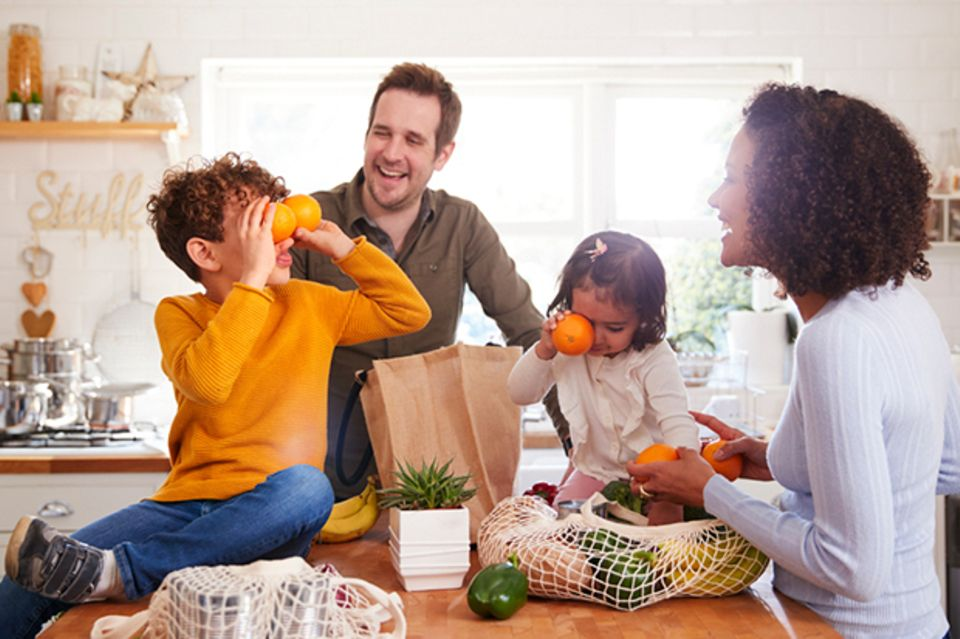 Familie kommt vom Einkaufen