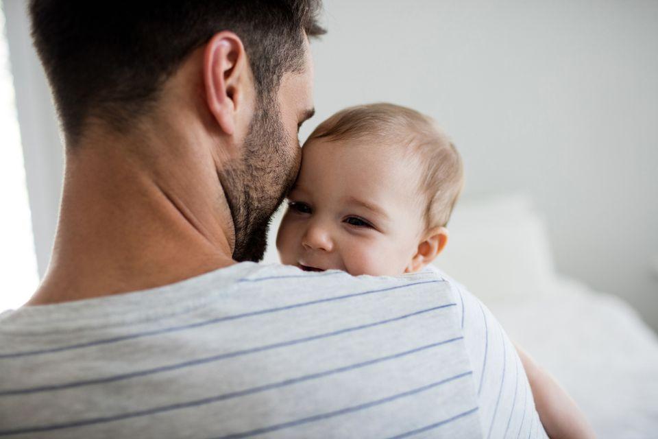 Vater hält sein Baby im Arm