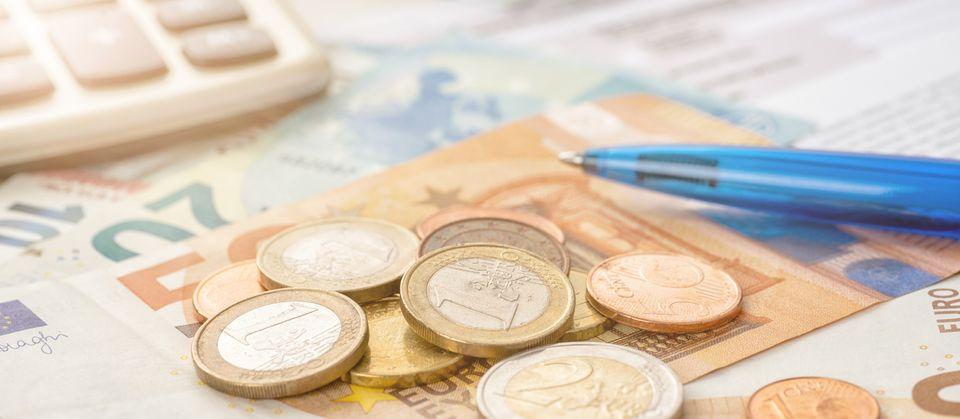 Euroscheine und Münzen gestapelt