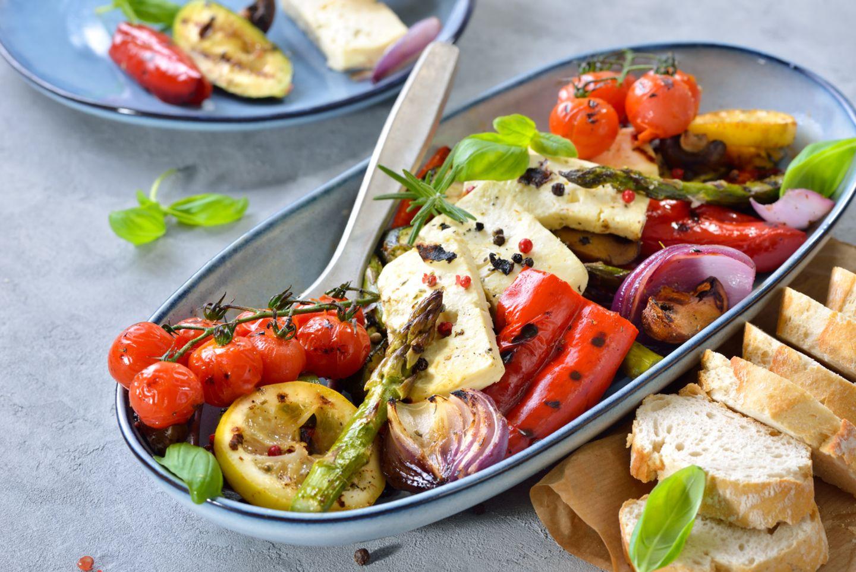 Feta in einer Schale mit gemischtem gebratenen Gemüse