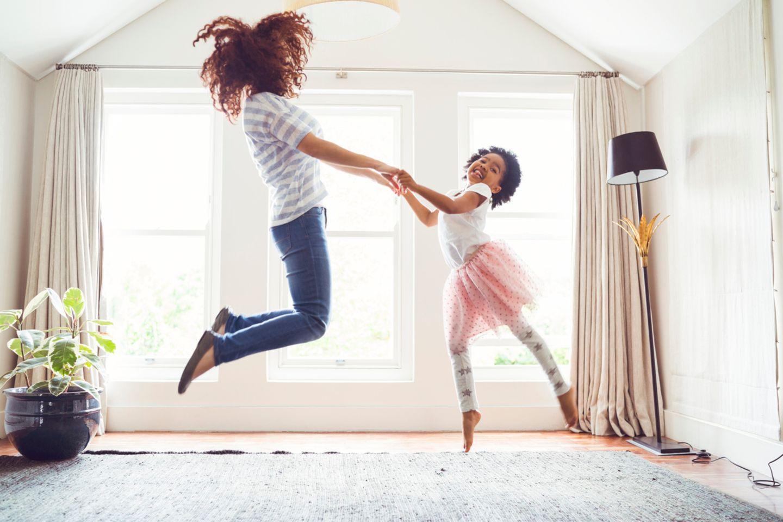 Mutter und Tochter hüpfen