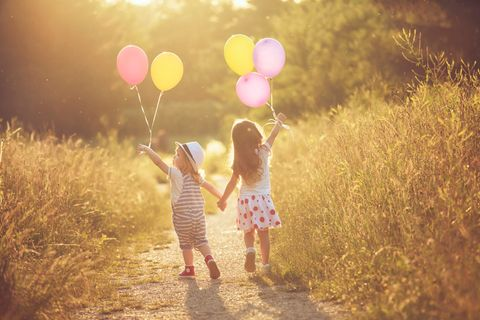 Junge und Mädchen mit Luftballons