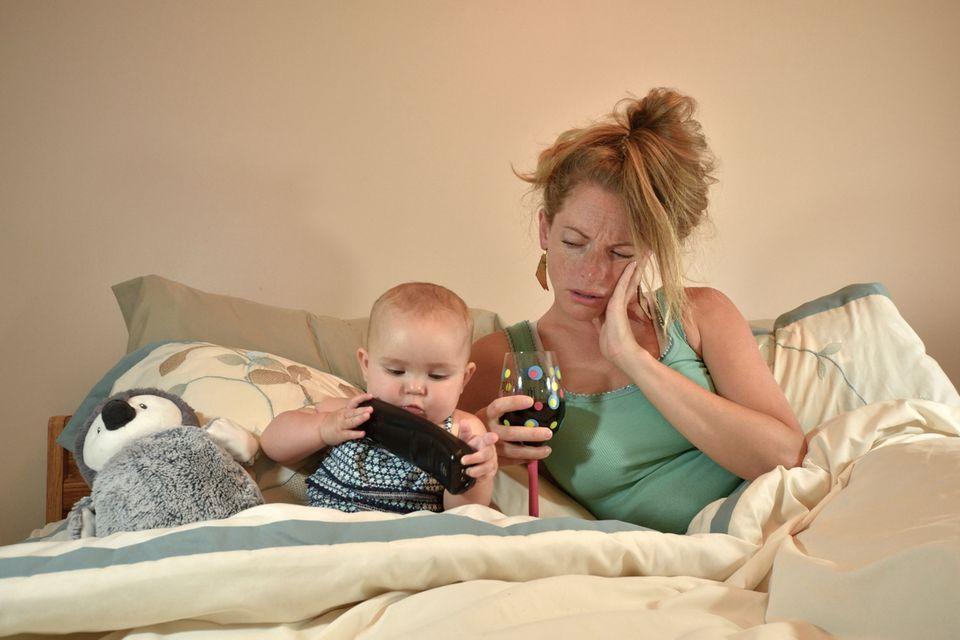 Müde Mutter mit Baby