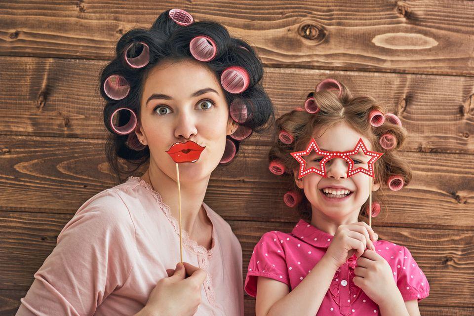 Mutter und Tochter mit Lockenwicklern