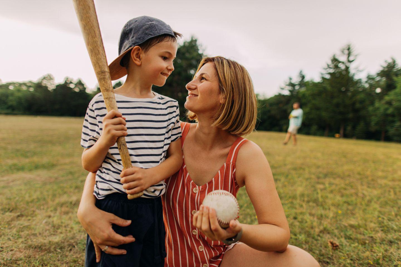 Mutter schaut Sohn glücklich an