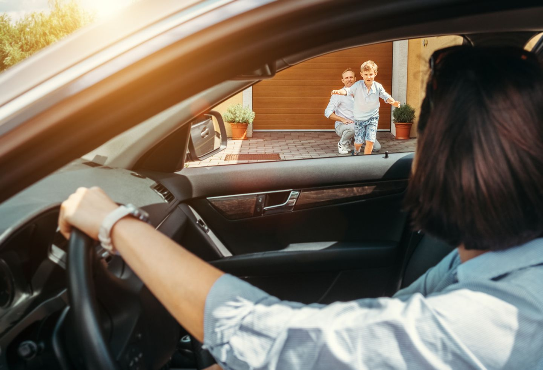 Mutter holt Sohn vom Vater ab mit dem Auto