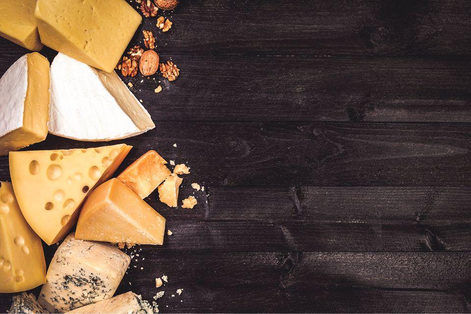 Verschiedene Käsesorten auf einem Brett