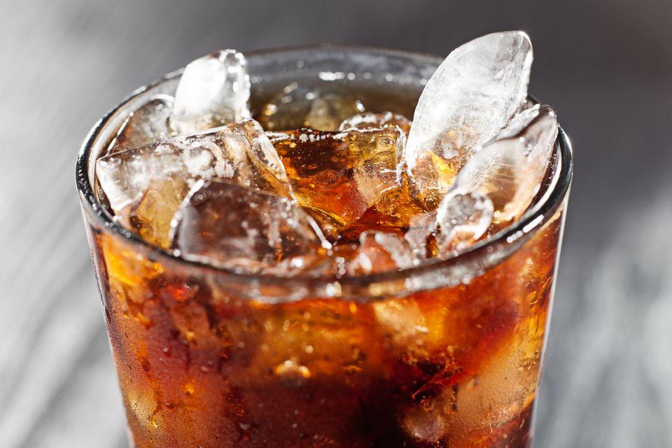 Cola im Glas mit Eis
