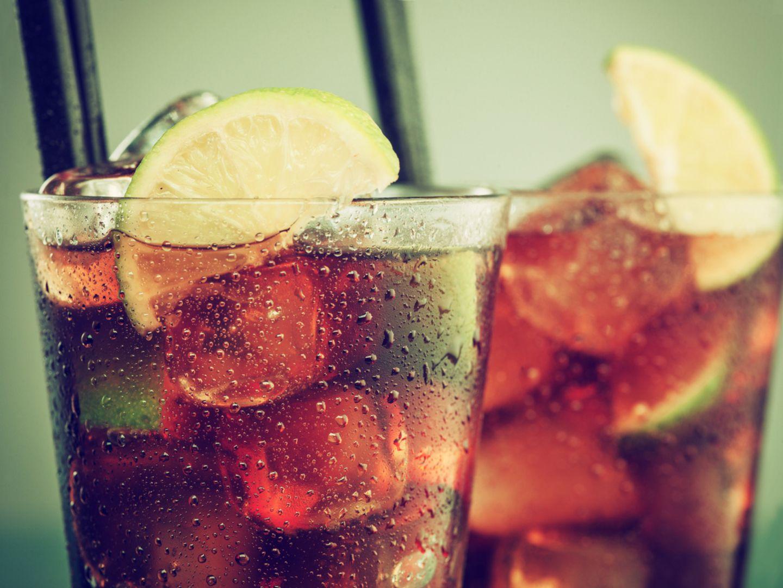 Cola in zwei Gläsern mit Eis und Strohhalm