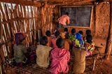 Klassenraum mit Schülern und Lehrer in Äthiopien