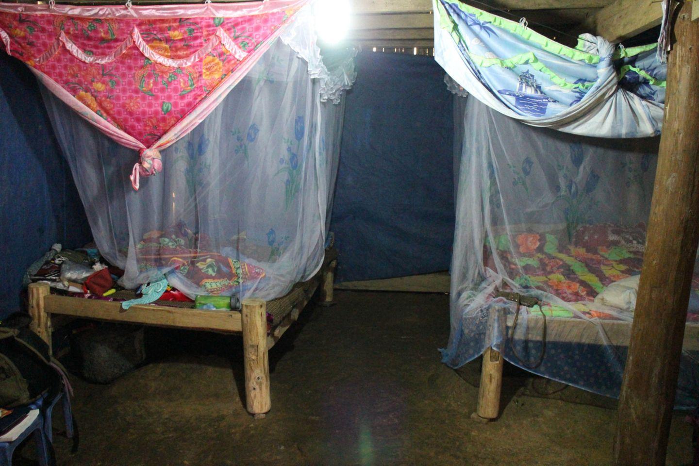 Betten mit Moskitonetzen in einem Haus in Vietnam