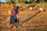 Massai-Mädchen fragen Wasser