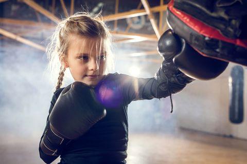 Mädchen boxt