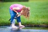 Kind wäscht sich die Füße