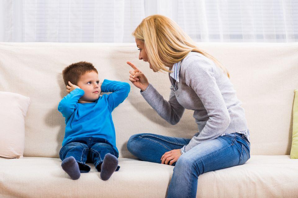 Mutter schreit Sohn an