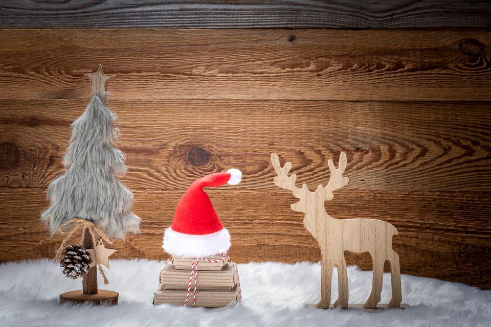 Weihnachtsbaum mit Geschenken, Weihnachtsmütze und Rentier