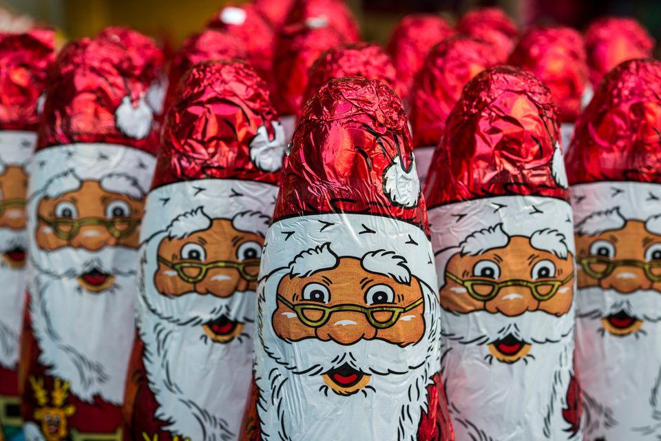 Viele Schoko-Weihnachtsmänner