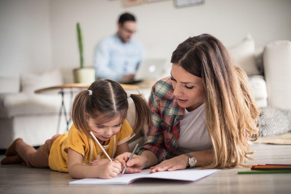 Mutter lernt mit Tochter