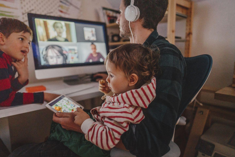 Papa im Videocall mit Kindern
