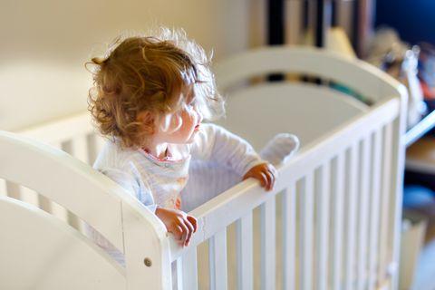 Kind kletter aus Kinderbett