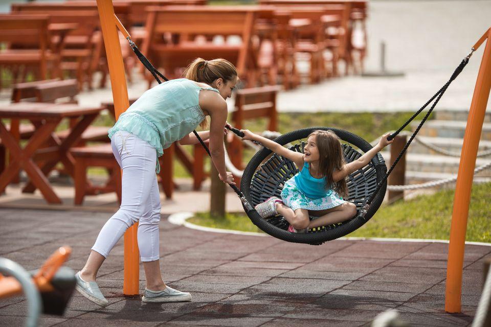 Mutter und Tochter auf dem Spielplatz