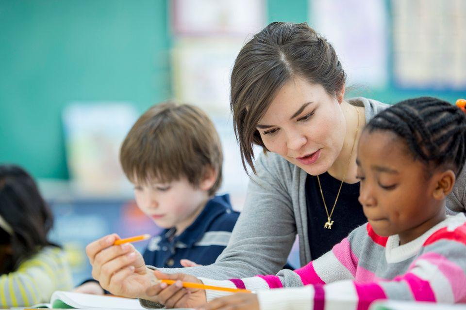Grundschullehrerin im Unterricht