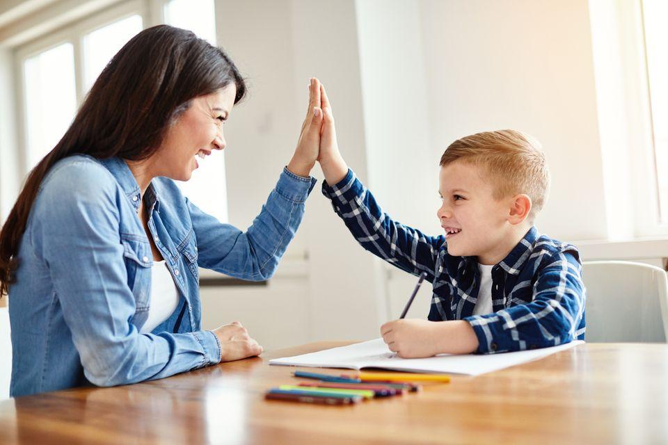 Mutter und Sohn bei den Hausaufgaben