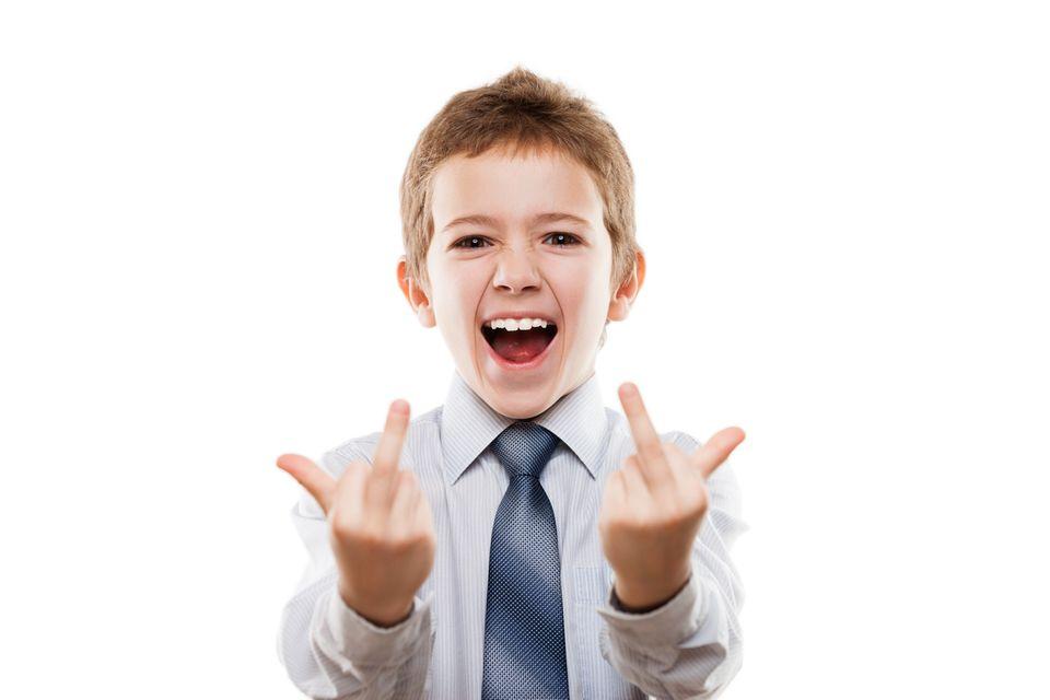 Frecher Junge zeigt Mittelfinger