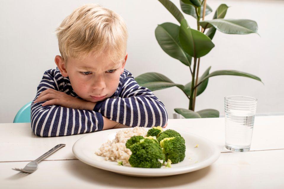 Trotziger Junge will kein Gemüse essen
