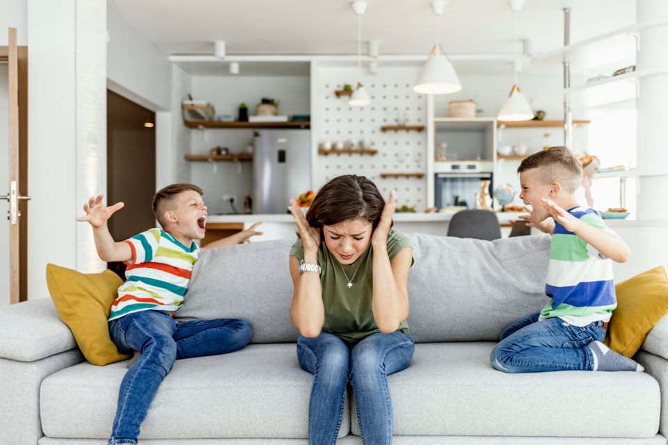 Unglückliche Mutter hat Probleme mit lauten frechen Kindern