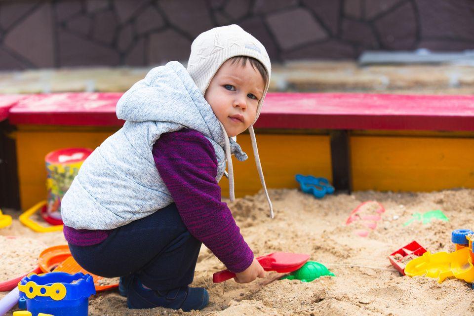 Junge im Sandkasten