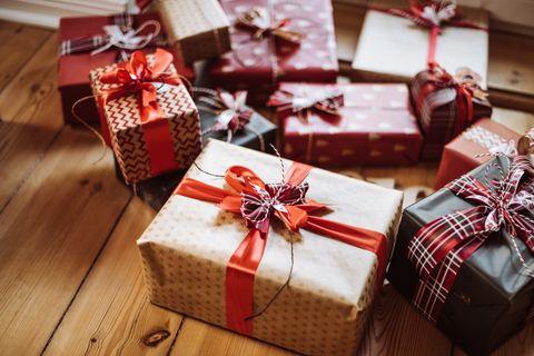 Viele Geschenke liegen auf dem Boden