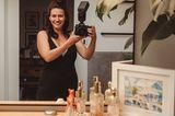 Die Geburtsfotografin Isabell Steinert mit ihrer Kamera