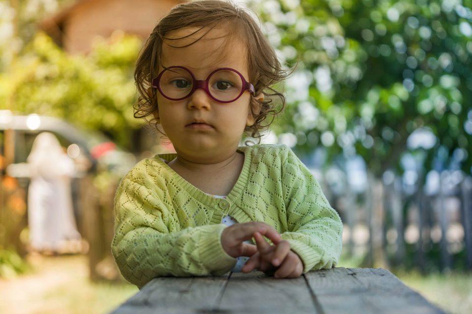 Kleines Mädchen mit Brille