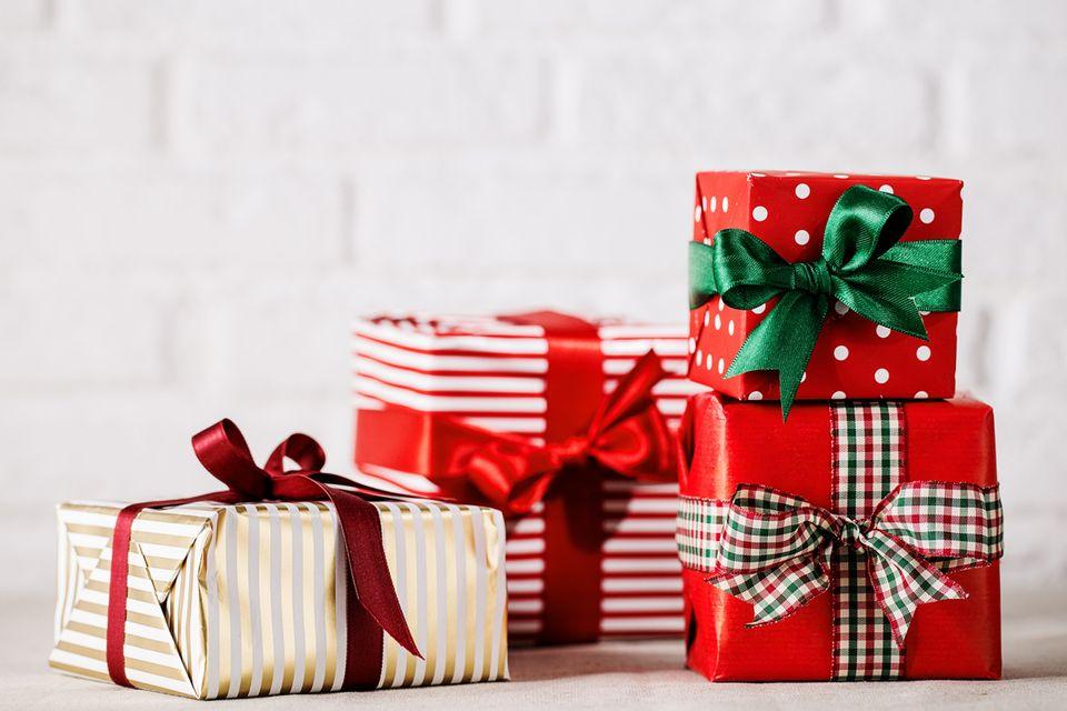 Mehrere Geschenke vor einer weißen Wand