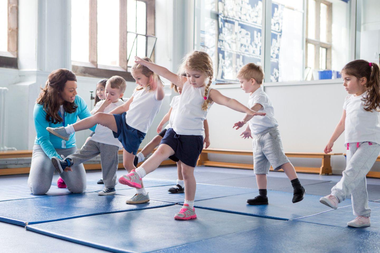 Kleinkinder beim Kinderturnen in der Halle