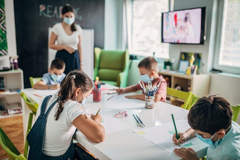 Unterricht in der Notbetreuung an Schulen mit Masken