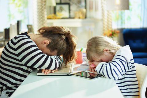 Mutter und Tochter verzweifeln an Schulaufgaben