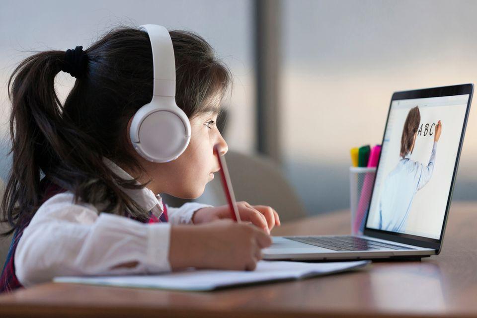 Ein Mädchen lernt mittels Digitalunterricht.