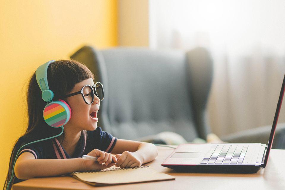 Junges Mädchen lernt im Distanzunterricht an ihrem Laptop