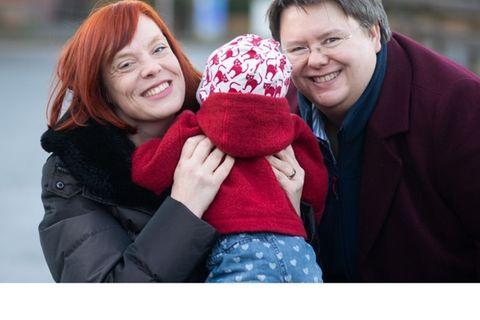 Zwei Mütter mit ihrem Kind
