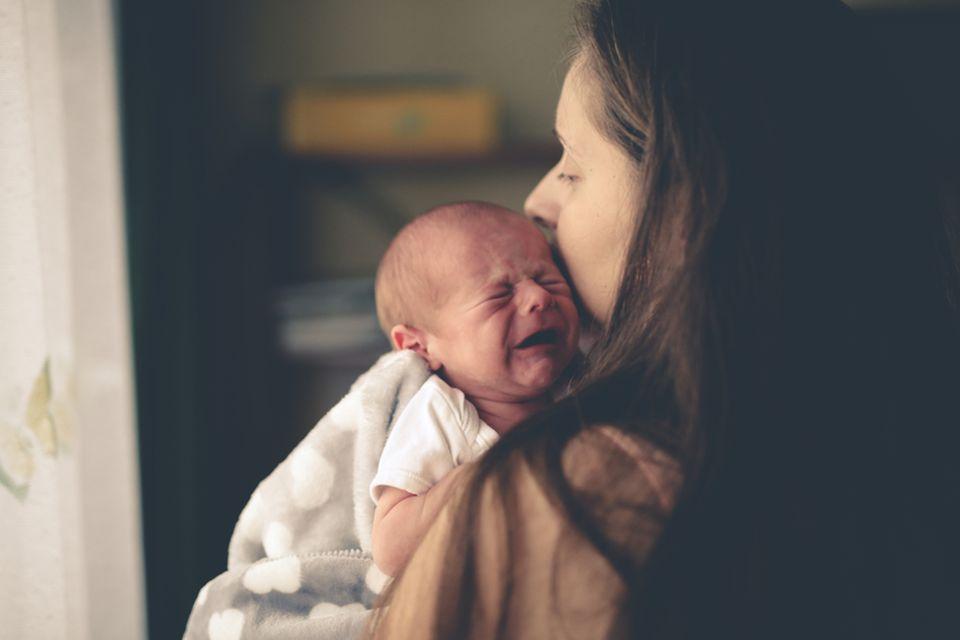 Mutter tröstet Kind