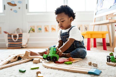 Junge spielt alleine mit Bauklötzen