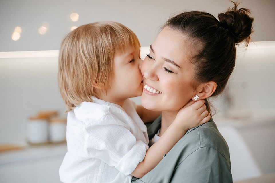 Mutter und Kind sind glücklich und umarmen sich