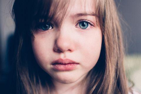 Junges Mädchen mit Tränen in den Augen