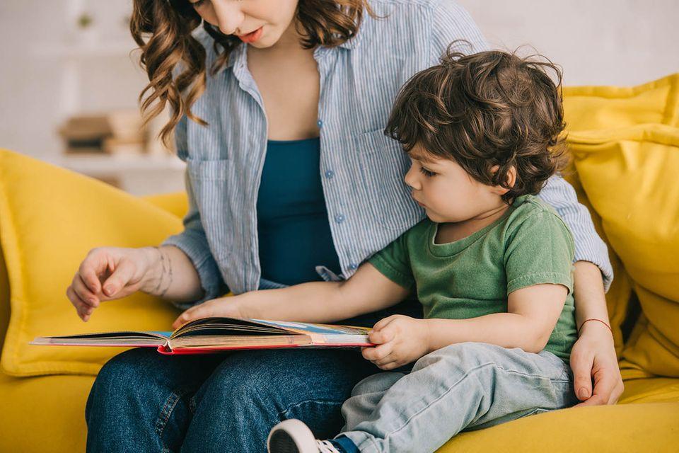 Mutter liest kleinem Jungen vor