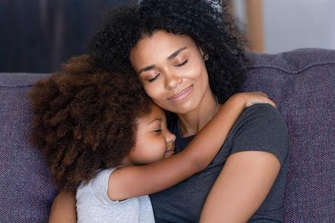Mutter und Tochter umarmen sich innig.